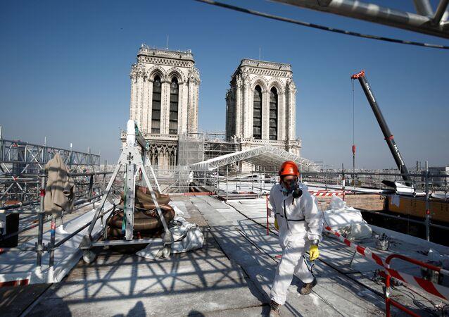 عمليات الترميم في كاتدرائية نوتردام في باريس، فرنسا 15 أبريل 2021