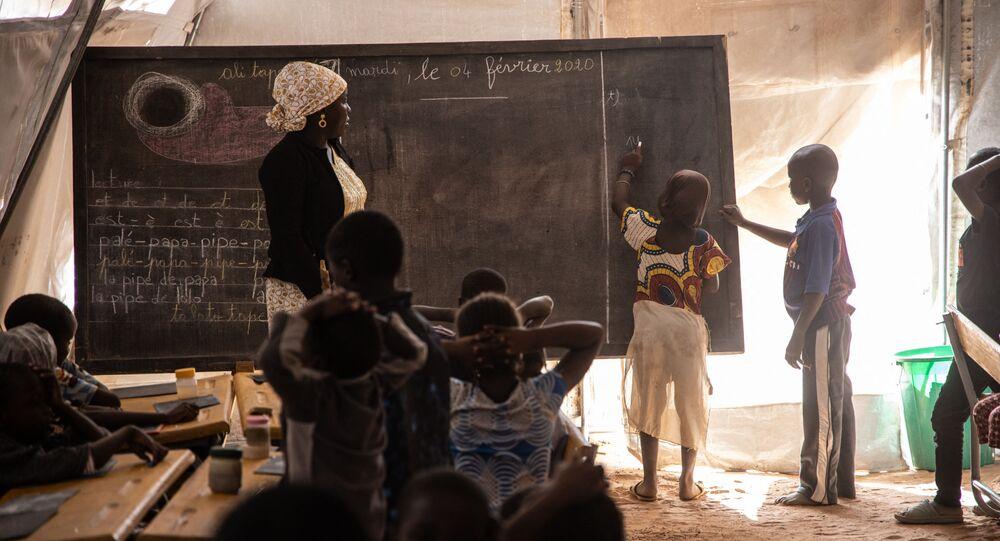 أطفال المدارس الابتدائية في دوري ، بوركينا فاسو ، 4 فبراير 2020.
