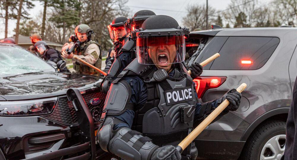 احتجاجات خارج قسم الشرطة التابع لمركز بروكلين، بعد إطلاق شرطة مينيابوليس النار على شاب من أصل أفريقي، دونت رايت، عمره 20 عاما، مينيسوتا، الولايات المتحدة 11 أبريل 2021