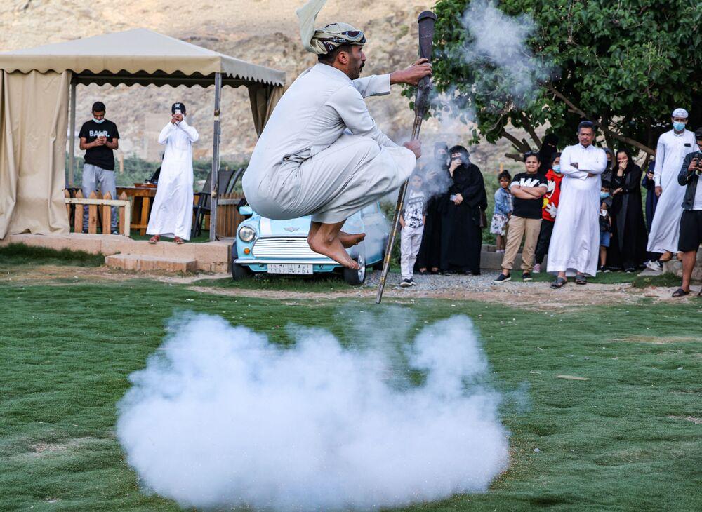 التقطت هذه الصورة في 10 أبريل 2021، تظهر راقص فولكلوري سعودي أثناء أدائه فن التعشير، وهي رقصة تقليدية لأهالي الطائف، على بعد 750 كيلومترًا غرب العاصمة السعودية الرياض.