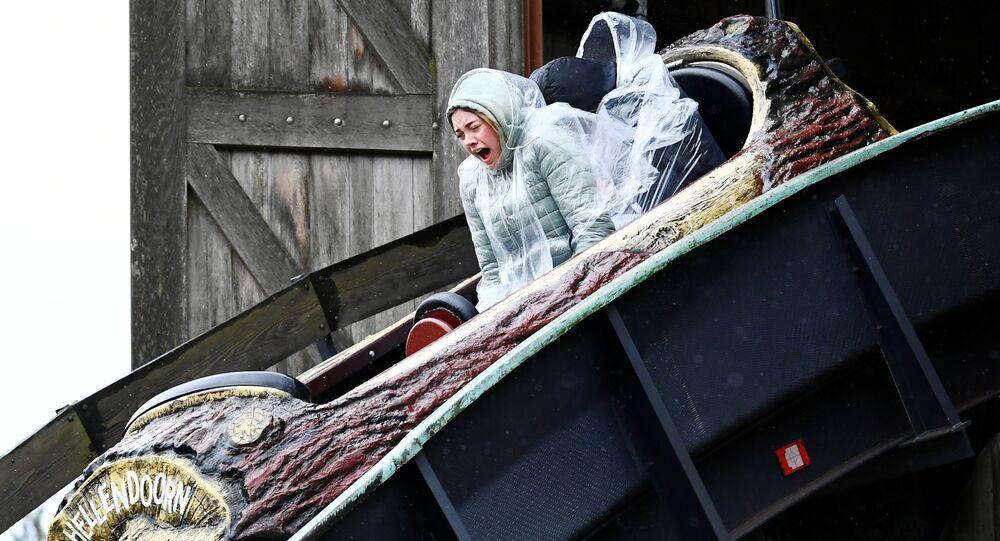 تفاعل امرأة أثناء زيارتها لمنتزه هيليندورن الترفيهي كجزء من تجربة أجرتها الحكومة لاختبار كيف يمكن أن لافتتاح القطاعات السياحية والثقافية مرة أخرى بعد الإغلاق بسبب كورونا (كوفيد-19)، في هيليندورن، هولندا 10 أبريل 2021