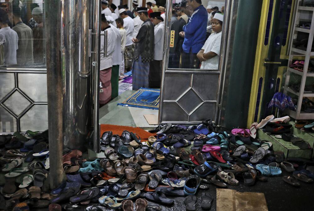 صلاة التراويح في أول أيام شهر رمضان في جاكارتا، غندونيسيا 12 أبريل 2021