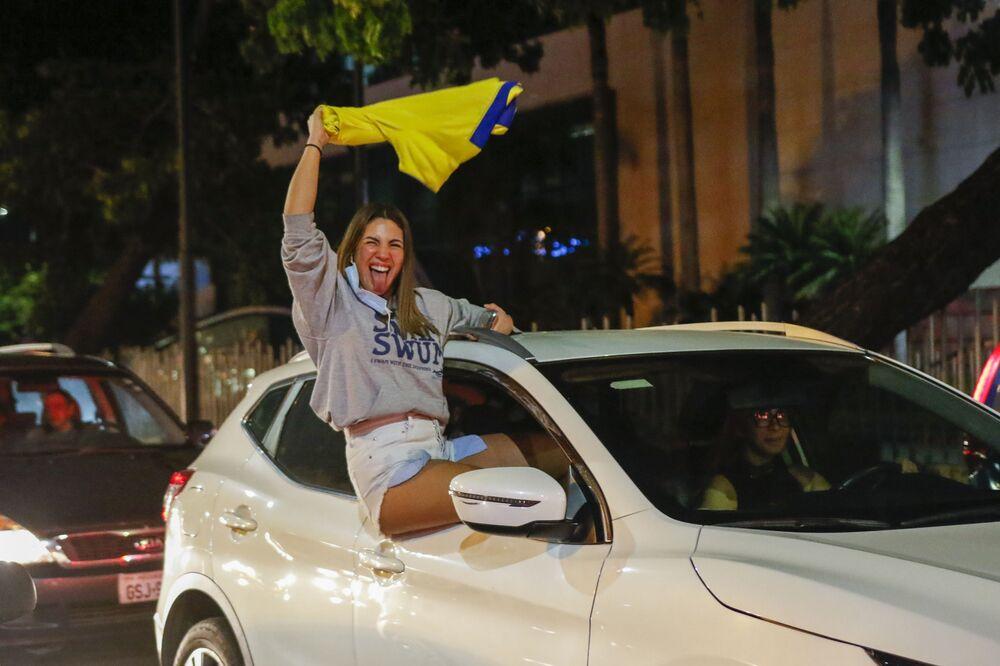 أحد مؤيدي غيليرمو لاسو، مرشح حزب خلق الفرص(CREO)، يحتفل في غواياكيل، الإكوادور، 11 أبريل 2021