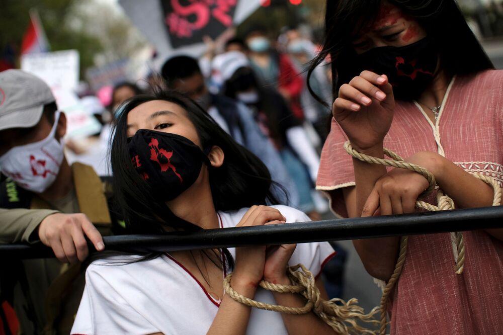 نشطاء ينظمون مظاهرة ضد العنف وسوء المعاملة خلال احتجاجات ضد الانقلاب العسكري في ميانمار، أمام سفارة ميانمار في واشنطن، الولايات المتحدة، 10 أبريل 2021