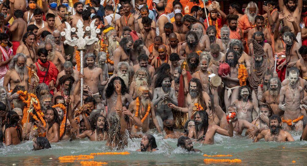 ناغا سادهوس، أو رجال دين هندوس يغطسون في نهر الغانج خلال شاهي سنان في كومبه ميلا، أو مهرجان بيتشر، وسط انتشار مرض فيروس كورونا (كوفيد-19) في هاريدوار، الهند 12 أبريل 2021