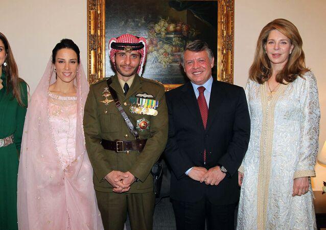 الملك عبدالله ثاني مع الملكة نور وولي العهد السابق الأمير حمزة
