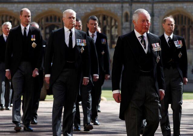 ولي العهد البريطاني، الأمير تشارلز، وأفراد العائلة المالكة يسيرون على أرض قلعة وندسور أثناء جنازة الأمير فيليب، 17 نيسان/ أبريل 2021