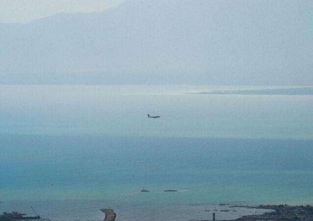 طائرة فوق مياه البحر