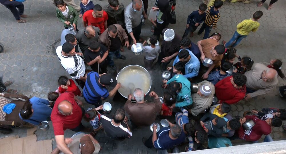 فلسطيني يطهو الجريشة لفقراء غزة في شهر رمضان