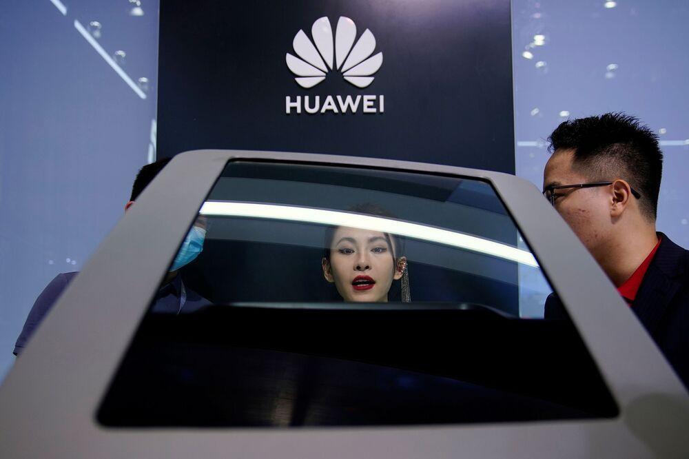 جناح (Huawei) في معرض شنغهاي للسيارات، الصين 19 أبريل 2021