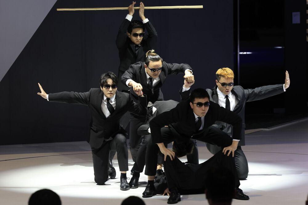 عرض تمثيلي خلال افتتاح معرض شنغهاي للسيارات، الصين 19 أبريل 2021