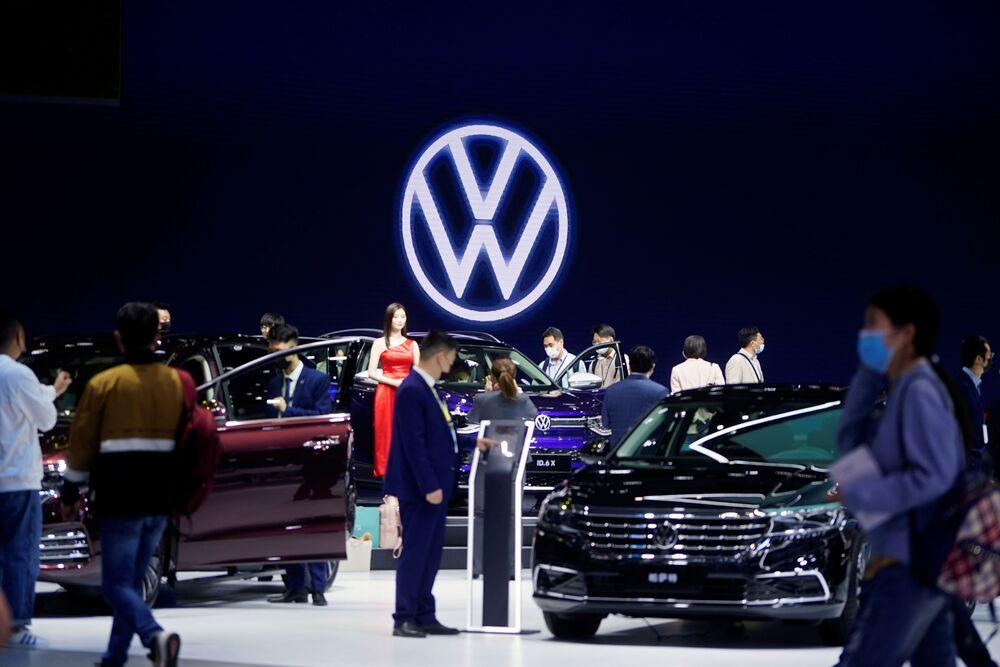 زوار أثناء افتتاح معرض شنغهاي للسيارات، الصين 19 أبريل 2021