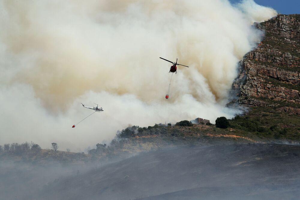 عملية اطفاء حريق هائل نشب في جبل تيبل في كيب تاون، جنوب أفريقيا 19 أبريل2021