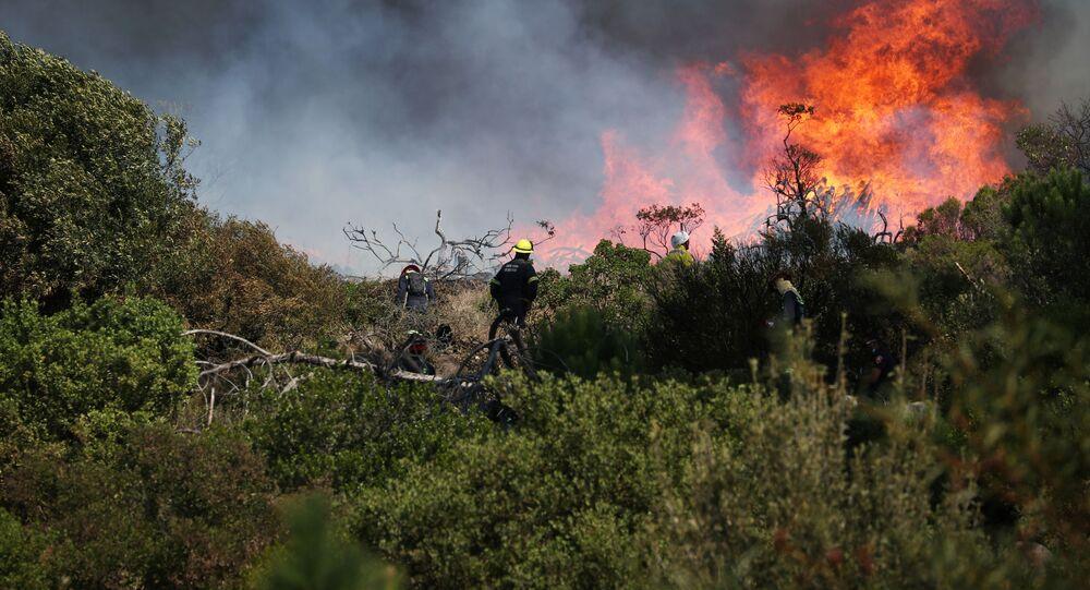 عملية اطفاء حريق هائل نشب في جبل تيبل في كيب تاون، جنوب أفريقيا 19 أبريل 2021