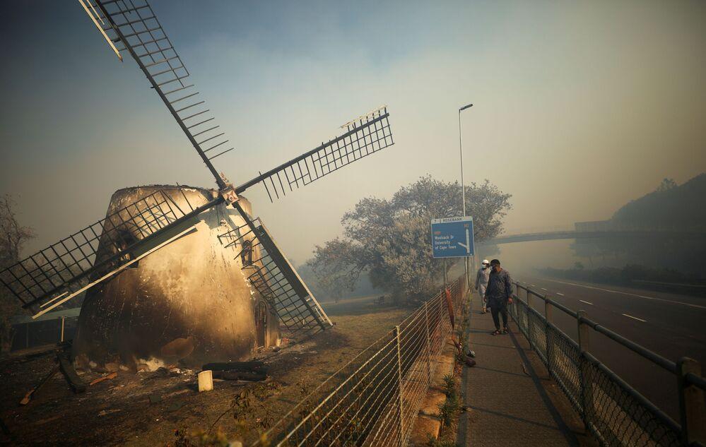 طاحونة موسترت، وهي طاحونة هوائية تاريخية في موبراي، بعد أن اشتعل بها الحريق في منطقة جبل تيبل في كيب تاون، جنوب أفريقيا 18 أبريل2021