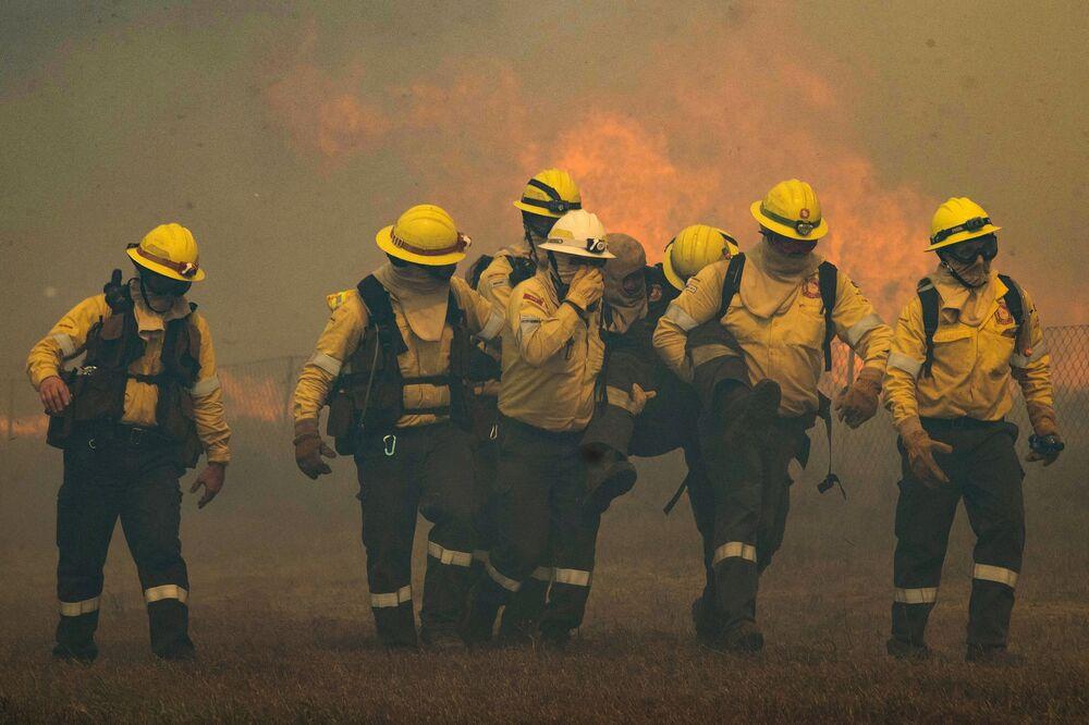عملية اطفاء الحريق في أرجاء منطقة جبل تيبل في كيب تاون، جنوب أفريقيا 19 أبريل2021