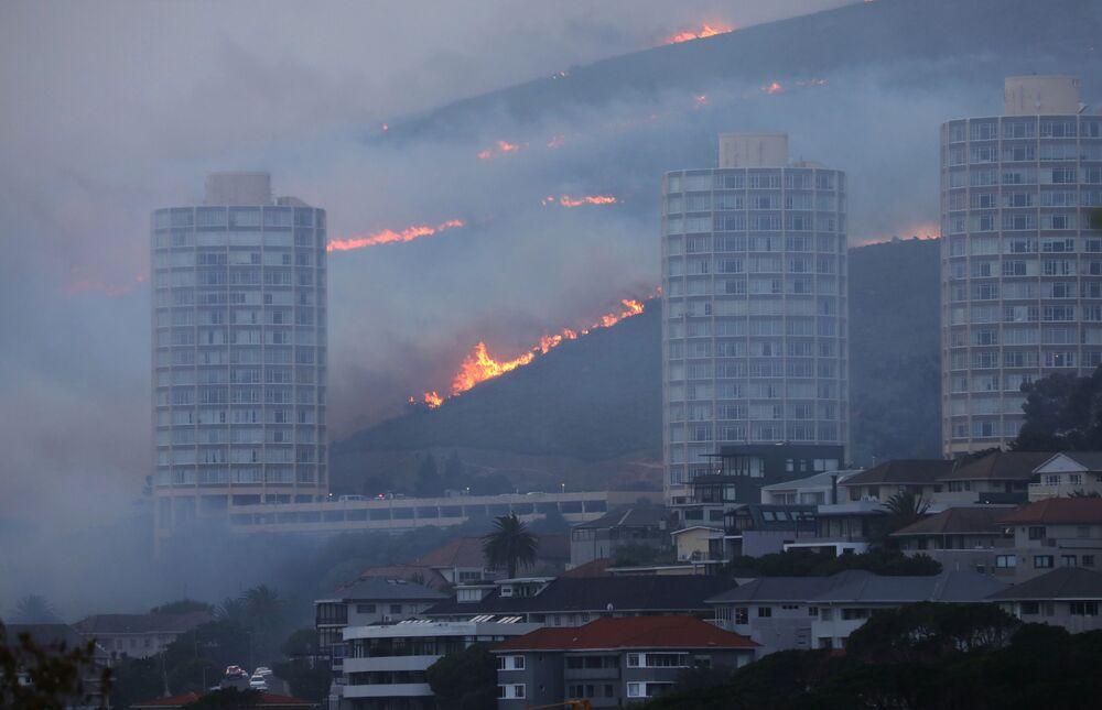 منظر عام على حريق هائل نشب في جبل تيبل في كيب تاون، جنوب أفريقيا 19 أبريل 2021
