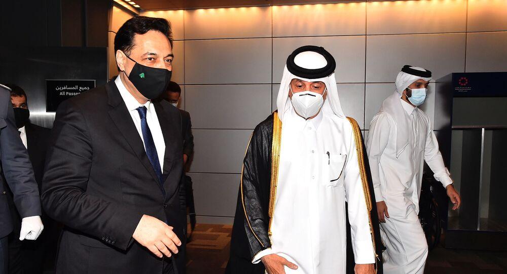 رئيس حكومة تصريف الأعمال اللبنانية، حسان دياب، لدي وصوله العاصمة القطرية الدوحة، 18 نيسان/ أبريل 2021