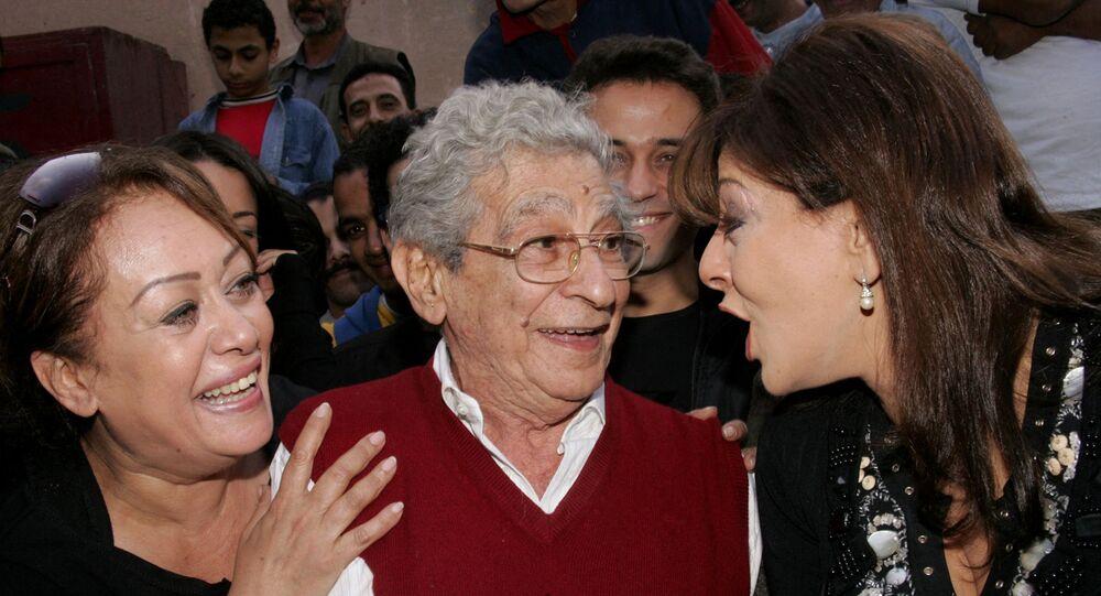 الفنانة المصرية، هالة صدقي، مع المخرج العالمي الراحل، يوسف شاهين، والفنانة المصرية، هالة فاخر