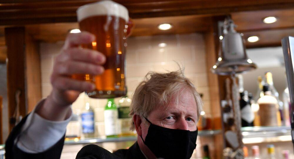 رئيس الوزراء البريطاني بوريس جونسون يستمتع بشرب البيرة لأول مرة بعد تخفيف قيود الإغلاق 19أبريل 2021