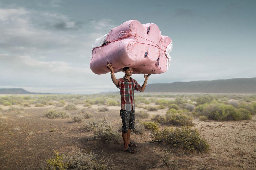 صورة من سلسلة الحمالون (كلكتا، الهند)، للمصور البريطاني توم برايس، تفوز بجائزة مصور العام ضمن توزيع جوائز كل شيء عن الصورة لعام 2021