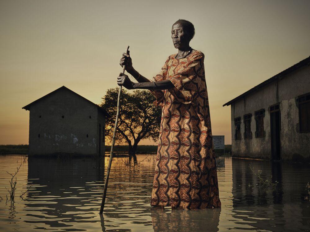 صورة بورتريه نياكيك تسير وسط الفيضانات، للمصور البريطاني بيتر كاتون، حصلت على تقدير عالي في مسابقة توزيع جوائز كل شيء عن الصورة لعام 2021