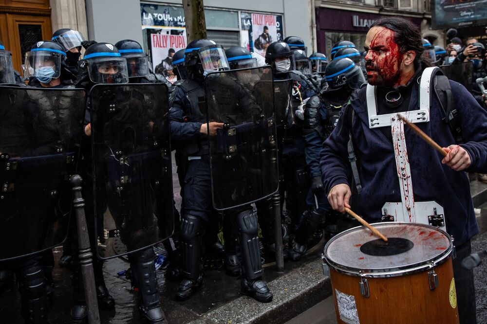 صورة مظاهرة في باريس ضد مشروع قانون الأمن العالمي (فرنسا)، للمصور الفرنسي أوريليان موريسارد، حصلت على تقدير عالي في مسابقة توزيع جوائز كل شيء عن الصورة لعام 2021