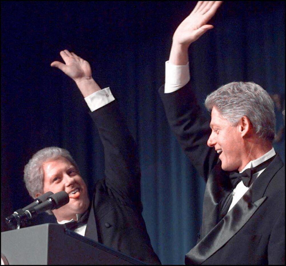 الرئيس الأمريكي الأسبق بيل كلينتون يلقي التحية على شبيهه الممثل داريل هاموند، 1997