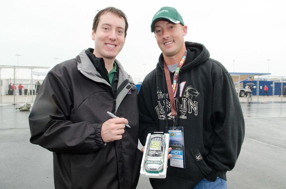 كايل بوش سباق السيارات ومالك فريق ناسكار الأمريكي، وشبيهه شاب يدعى ميك روسيبيرى، الولايات المتحدة، 2011