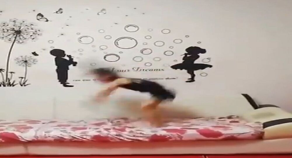 طفلة تقوم بحركات رياضية مدهشة