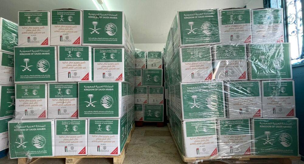 تسليم طرود غذائية للأسر الفلسطينية المتعففة مقدمة من المملكة العربية السعودية