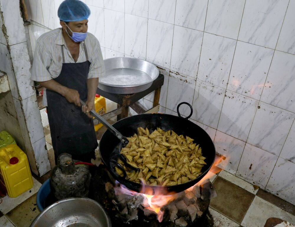 طاهي سمبوسة، وجبات خفيفة، في مطعم خلال شهر رمضان في صنعاء، اليمن 15 أبريل 2021