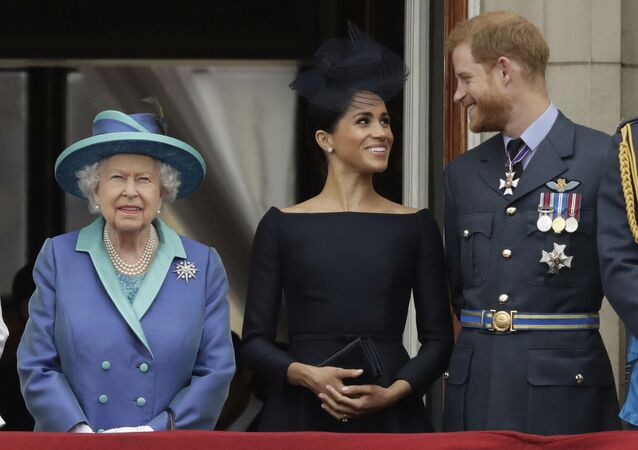 الأمير هاري برفقة زوجته والملكة إليزابيث الثانية