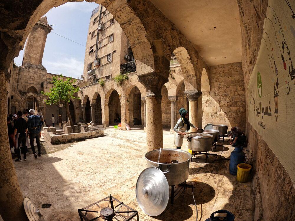 المطابخ الخيرية في مسجد الحيات بمدينة حلب القديمة، سوريا 22 أبريل 2021