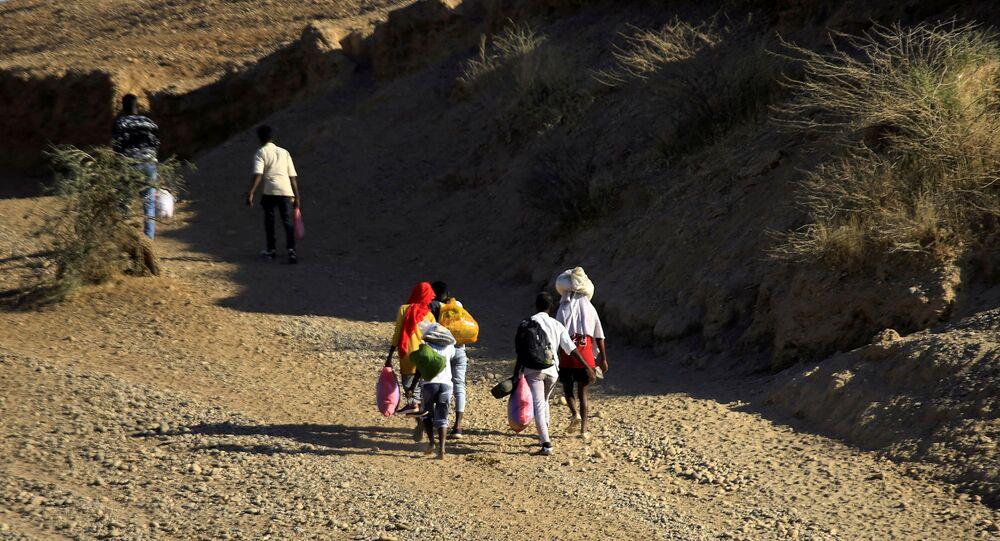 لاجئون من منطقة تيغراي (إثيوبيا) يعبرون نهر ستيت على الحدود بين السودان وإثيوبيا، ديسمبر 2020