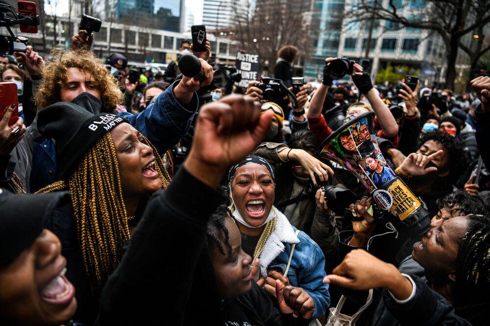 إدانة الشرطي السابق الأمريكي تشوفين بقتل المواطن جورج فلويد من أصل أفريقي، وخروج الآلاف إلى الشوارع في مختلف مدن الولايات المتحدة الأمريكية للاحتفال بهذه المناسبة، 20 أبريل 2021