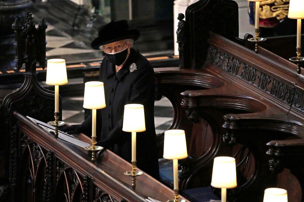 ملكة بريطانيا إليزابيث الثانية خلال جنازة زوجها الأمير فيليب، في كنيسة القديس جورج في قلعة وندسور، بريطانيا 17 أبريل 2021