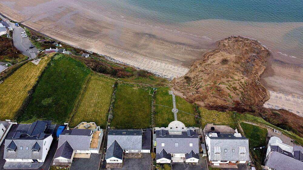 منازل على حافة جرف بعد انهياره في قرية نيفين، ويلز، بريطانيا، 20 أبريل 2021