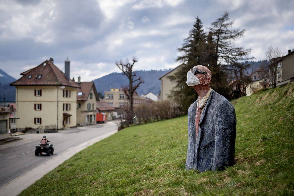 صورة لتمثال يرتدي كمامة كجزء من الاجراءات الوقائية ضد فيروس كورونا في سانت كروا، سويسرا 18 أبريل 2021