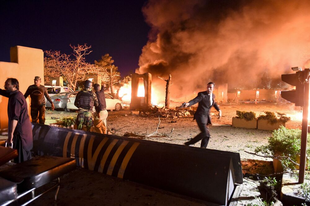 وصول أفراد الأمن والمتطوعين إلى موقع انفجار في كويتا، حيث وقع الانفجار بفندق خمس نجوم سيرينا، باكستان،21 أبريل 2021