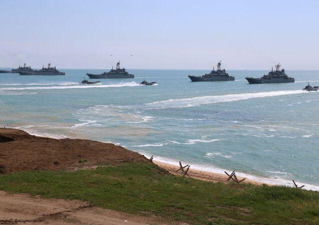 القوات  الروسية المشاركة في التفتيش المفاجئ على الاستعداد القتالي جنوبي وغربي البلاد في ميدان أوبوك في شبه جزيرة القرم، روسيا 22 أبريل 2021