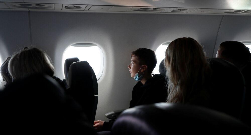 ركاب على متن طائرة خلال جولة في منطقة تشيرنوبيل المحظورة