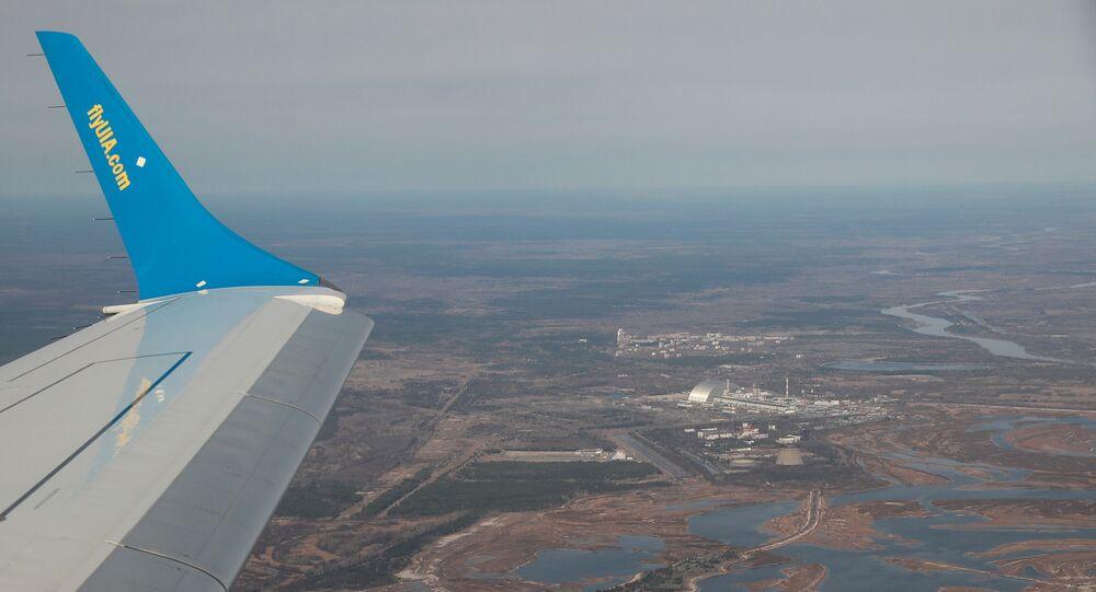 منظر جوي من طائرة يُظهر محطة تشيرنوبيل للطاقة النووية أثناء جولة إلى منطقة تشيرنوبيل المحظورة