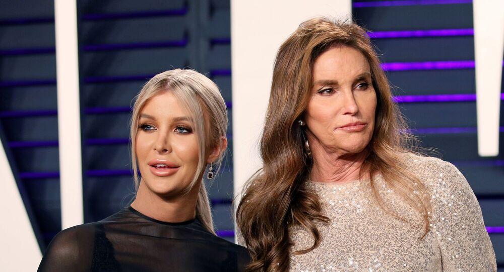 من اليمين: كايتلين جينر مع صديقتها صوفيا هاتشنز في حفل مجلة فانيتي فير على هامش حفل جوائز أوسكار الـ91، 24 فبراير/ شباط 2019، كاليفورنيا، الولايات المتحدة