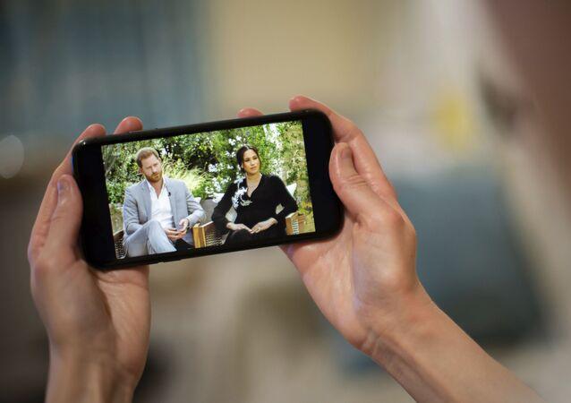 رجل يتابع مقابلة أوبرا وينفري مع الأمير هاري وميغان ماركل، 8 مارس/ آذار 2021