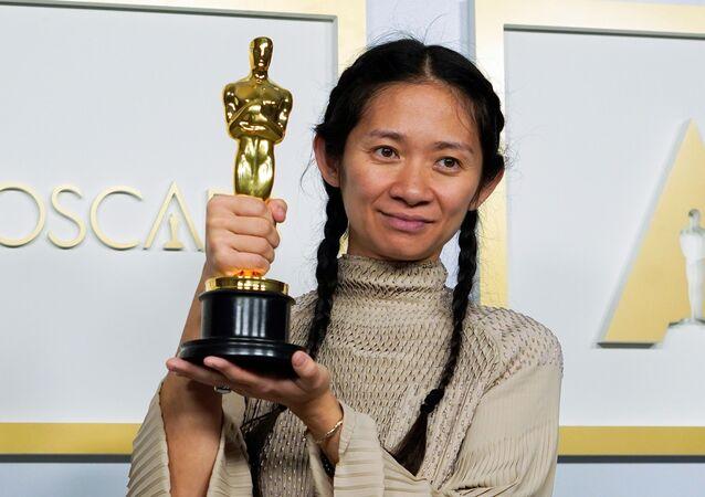 كلوي تشاو أول امرأة آسيوية تفوز بجائزة أوسكار أفضل إخراج