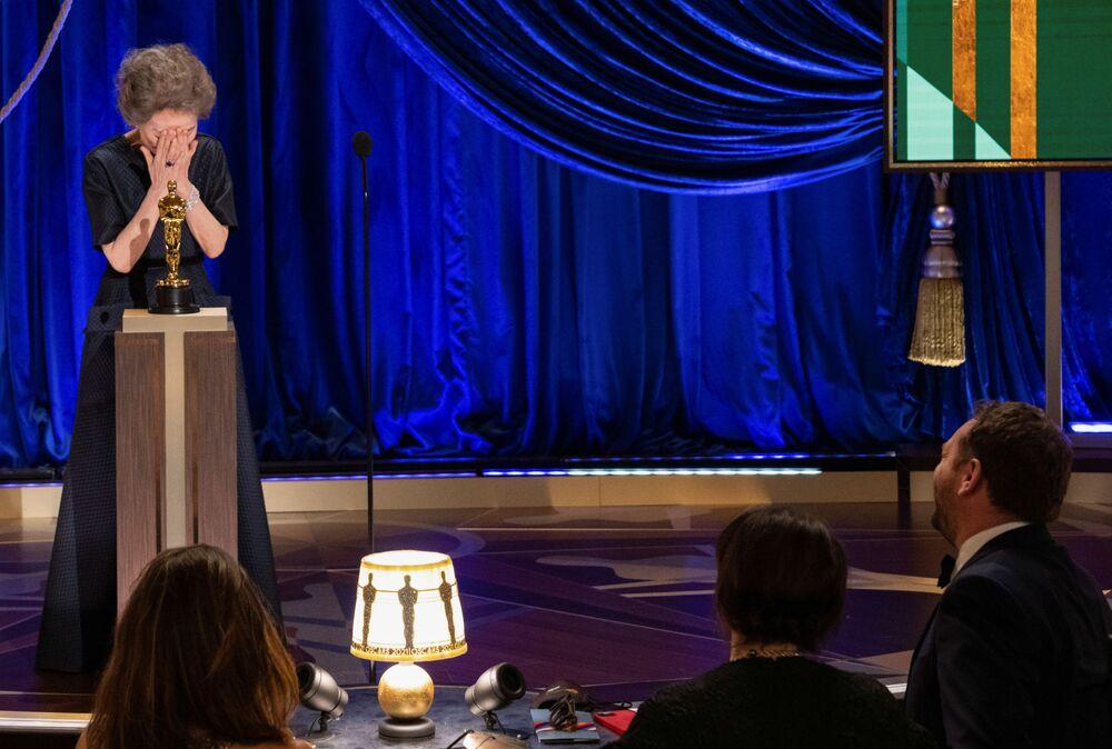 الممثلة يون ي جون لى تفوز بجائزة أوسكار لأفضل ممثلة مساعدة عن دورها في فيلم «Minari»، مراسم الحفل الـ93 لتوزيع جوائز أوسكار في لوس أنجلوس، كاليفورنيا، الولايات المتحدة 25 أبريل 2021