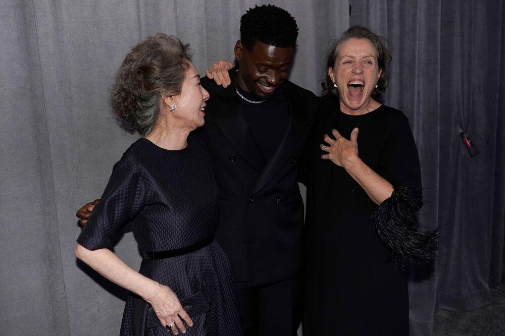 الممثلة يون ي جون، والممثل دانيال كالويا، والممثلة فرانسيس مكدورماند، مراسم الحفل الـ93 لتوزيع جوائز أوسكار في لوس أنجلوس، كاليفورنيا، الولايات المتحدة 25 أبريل 2021