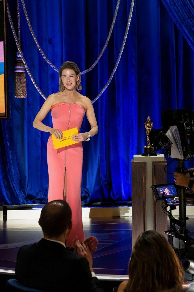 رينيه زيلويغر خلال تقديم جوائز أوسكار  في الحفل الـ93 لتوزيع جوائز أوسكار في لوس أنجلوس، كاليفورنيا، الولايات المتحدة 25 أبريل 2021