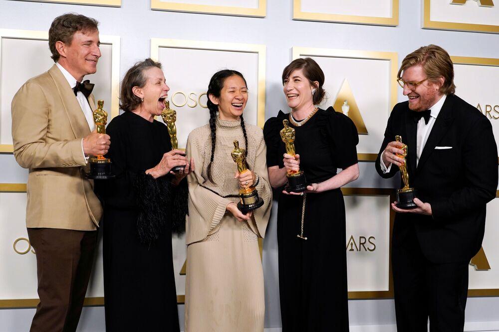 المنتجون بيتر سبيرز وفرانسيس مكدورماند ولمخرجة/ المنتجة كلويه جاو، ومولي آشر ودان جانفي، الفائزون بجائزة أفضل صورة لفيلم Nomadland (أرض الرحل)، خلال جوائز أوسكار  في الحفل الـ93 لتوزيع جوائز أوسكار في لوس أنجلوس، كاليفورنيا، الولايات المتحدة 25 أبريل 2021